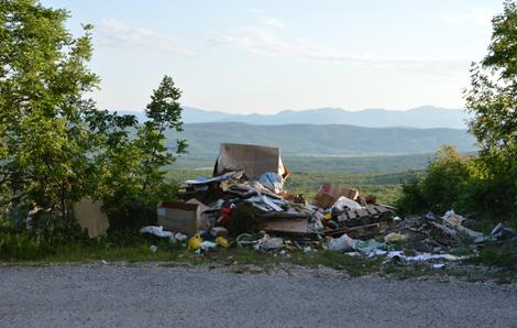 Izbično: tone smeća uz ceste